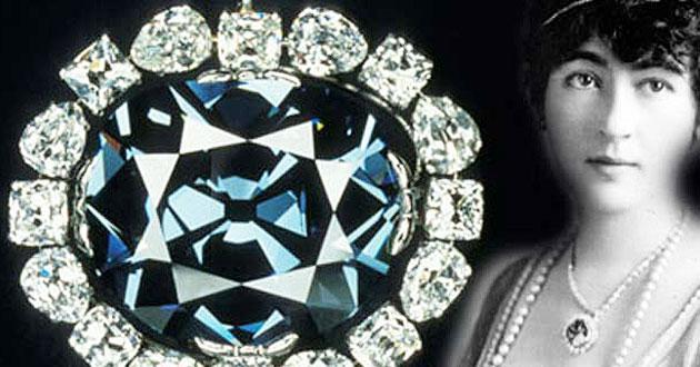 Evelyn mentre indossa il diamante Hope